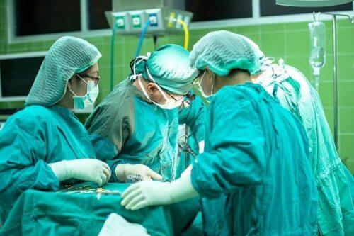 cirujanos operando e1575801274954 Dr. Secorun en los medios